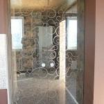 раздвижные стеклянные двери с пескостуем