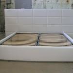 Современная кровать с кожаным изголовьем